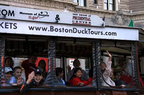 El turístico Boston Duck Bus se transforma en barco.