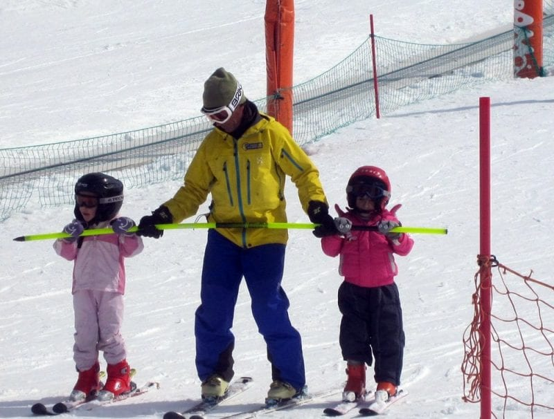 Los profesores de esquí siempre se adaptan a la edad del alumno