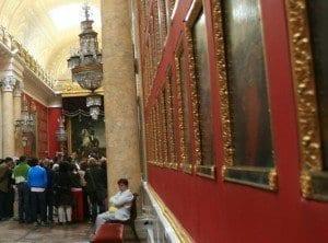 Grupo de turistas escuchando la explicación del guía en el museo Hermitage de San Petersburgo