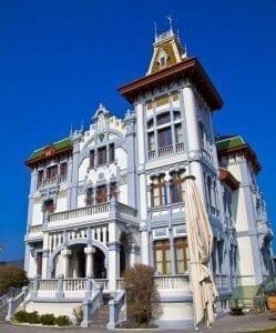 El Gran hotel del Sella ha cambiado el color azul de su fachada por el gris