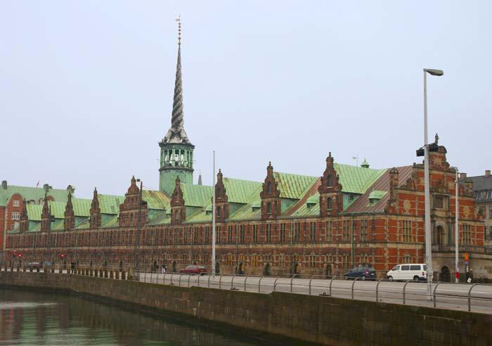La antigua Bolsa de Copenhague está rematada por una aguja de 54 metros formada por las colas entrelazadas de cuatro dragones.