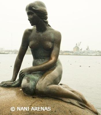 La sirenita de Copenhague cerca