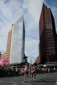 Corredores en Postdamer Platz, durante el maratón de Berlín