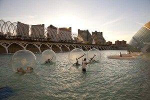 Bolas flotantes en la ciudad artes