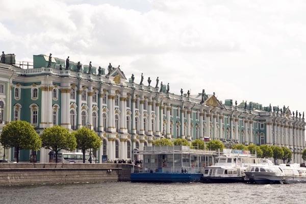 Vista del Museo Hermitage en San Petersburgo desde el río Neva