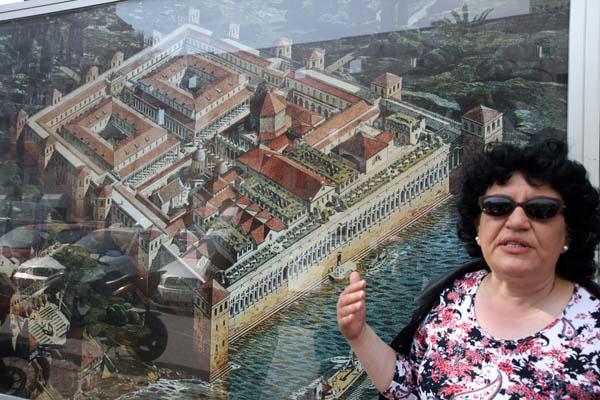 Una guía explica el plano del palacio de Diocleciano
