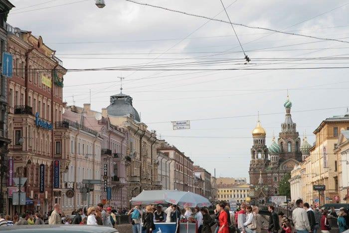 Terrazas en la Nevski con la catedral ortodoxa de San Salvador Sobre la Sangre Derramada