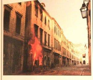 Cartel que recuerda la guerra que destruyó Dubrovnik