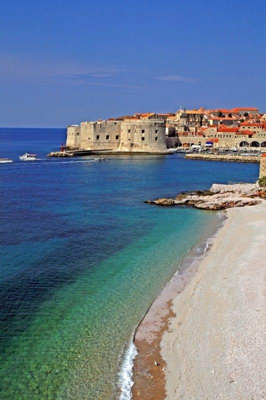 Panorámica de Dubrovnik desde una playa cercana