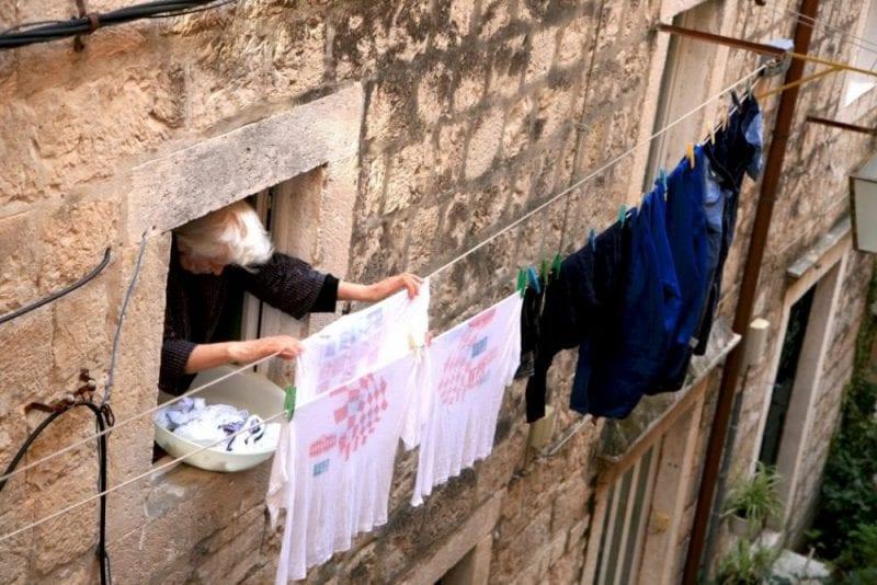 Ropa tendida en una ventana de Dubrovnik