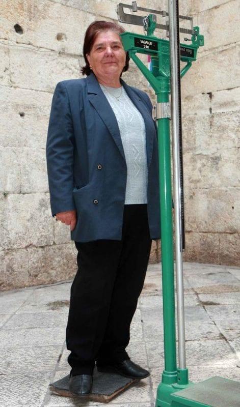 Balanza antigua en medio de la calle, guiños añejos en Split
