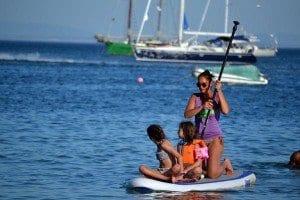 Una familia disfrutando del paddle surf