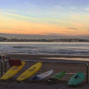Tablas de surf en una playa de Galicia
