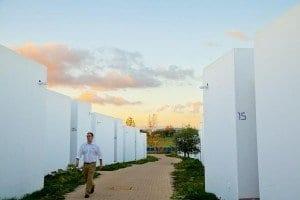 Camino entre cubos en el Ecork Hotel