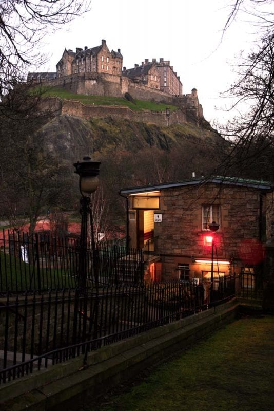 Panóramica del castillo de Edimburgo desde Princess street