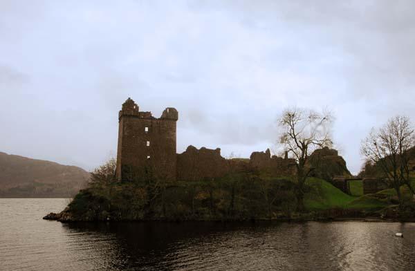 El castillo de Urquhart está en el centro del lago Ness