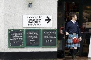 Un escocés con kilt, falda típica, en un bar de las Tierras Altas