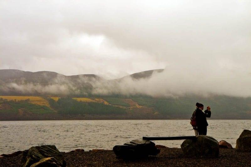 Los visitantes llegan al lago con ganas de ver a Nessie