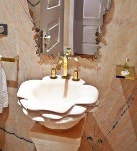 Detalle de un lavabo tallado en mármol