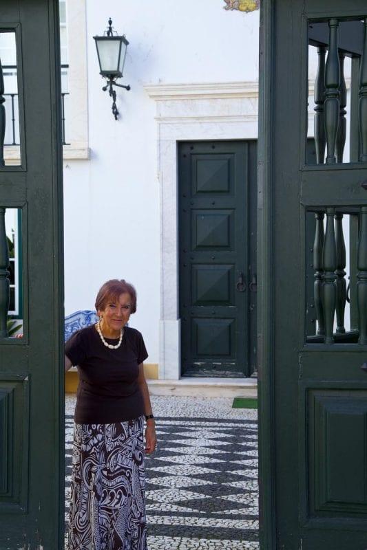 Manuela a la puerta del Colegio Velho