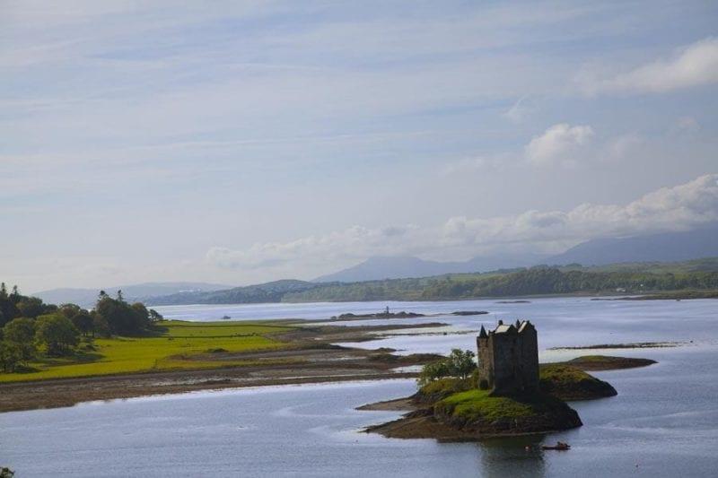 El castillo de Skalter reina en el centro de un islote en el un islote en el lago Laich