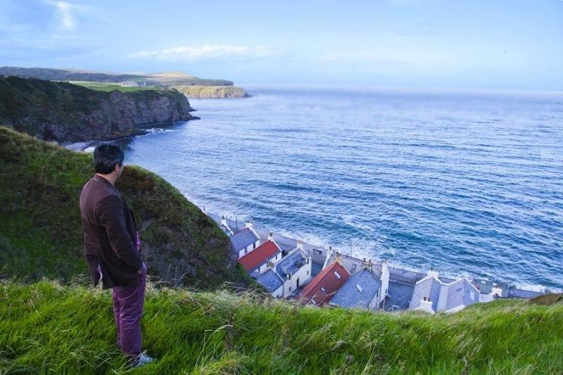 Pennan se oculta bajo un acantilado en la costa de Aberdeen Shire