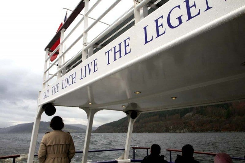 Varios barcos surcan el lago escocés de norte a sur