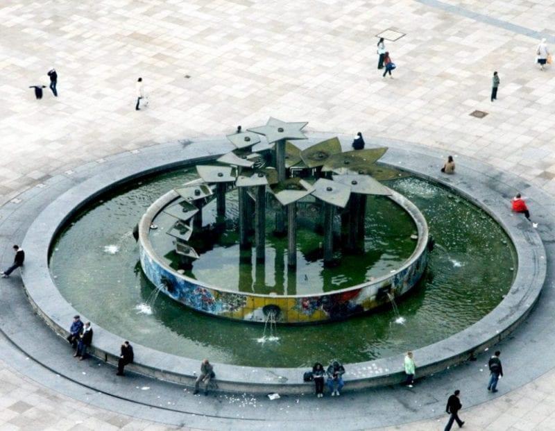 Detalle de la fuente de Alexander Platz con diseño soviético