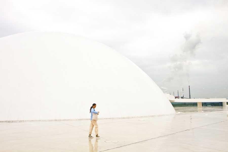 La cúpula del Centro Niemeyer en Avilés, convive con el pasado industrial de la ciudad