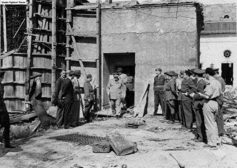 Churchill durante la visita a las ruinas del bunker de Hitler