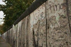 Restos de muro frente al cuartel de la Gestapo