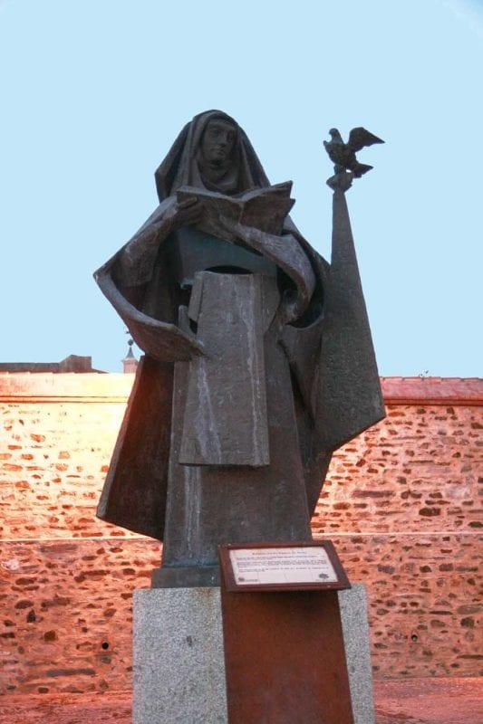 Escultura de santa Teresa de Jesús en Alba de Tormes
