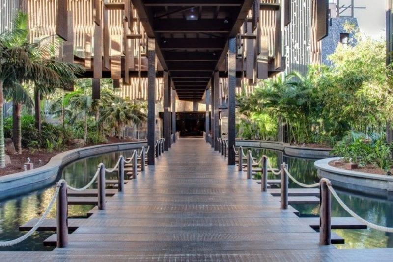 Entrada en hotel Baobab