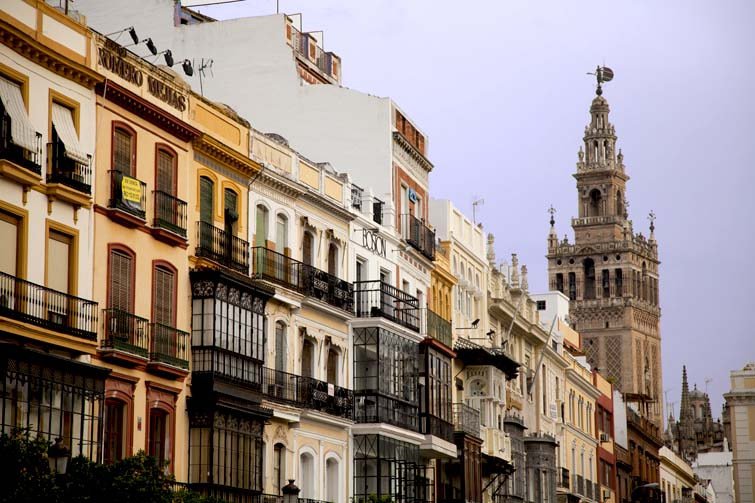 La estampa de la Giralda en Sevilla