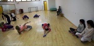 Clase de gimnasia rítmica en el colegio del kibbutz