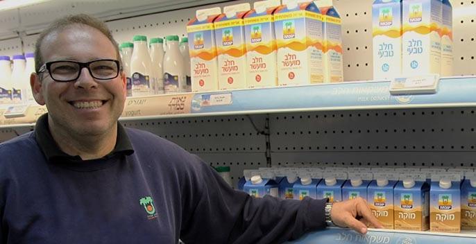 Silvio ante los productos de la tienda del kibbutz