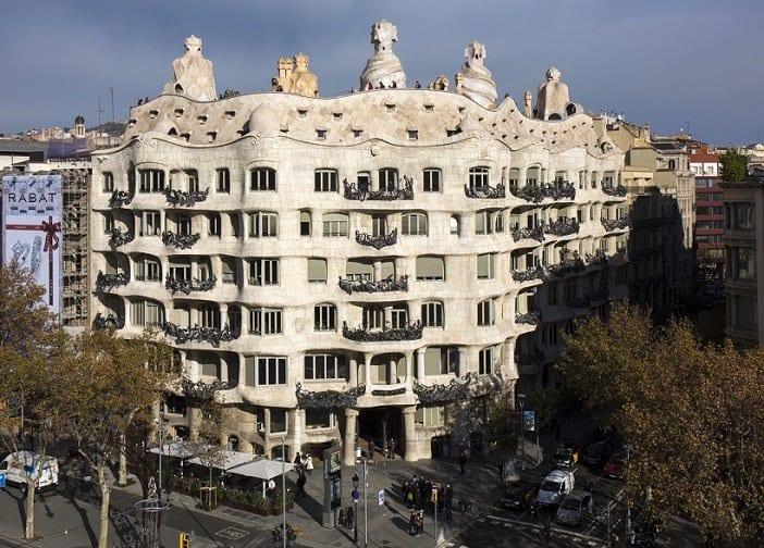 Fachada de la Pedrera, edifico de Gaudí muy visitado en Barcelona