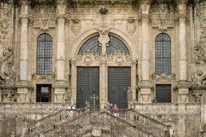 Escaleras en la fachada principal de Santiago de Compostela