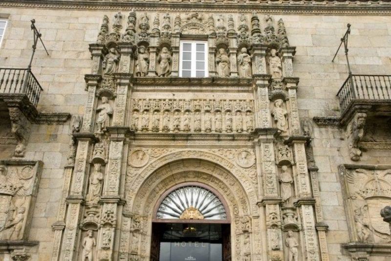 Puerta del Parador Hostal de los Reyes Católicos