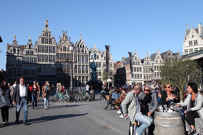 Las terrazas de la Plaza Mayor de Amberes siempre están a tope