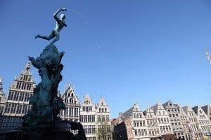 Una fuente escultural preside la Plaza Mayor