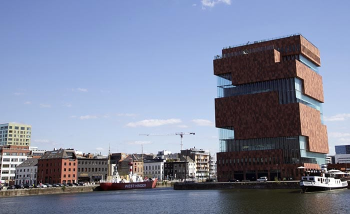 El Eilandje, donde se ubicaba el viejo puerto, hoy acoge nuevos museos como el emblemático Mas, dedicado a la historia de Amberes u de acceso gratuito
