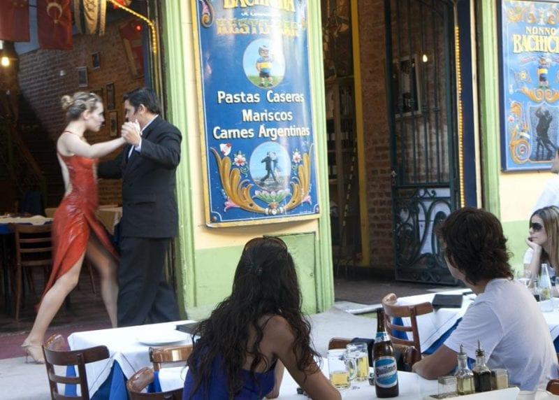 Bailadores de tango en una terraza en Caminito