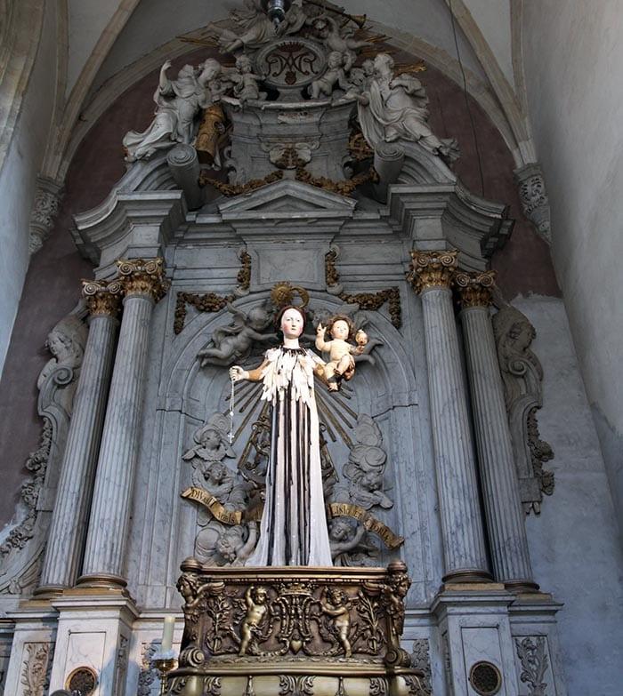 La iglesia de San Andrés está en Waaistraat, 5