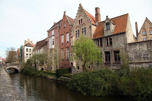 Los casas que miran al canal tienen pequeños y coquetos jardines