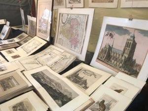 Puesto de mapas en el mercadillo del Sablon