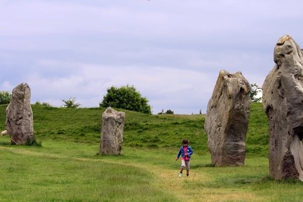 Paseo entre los monolitos de Avebury