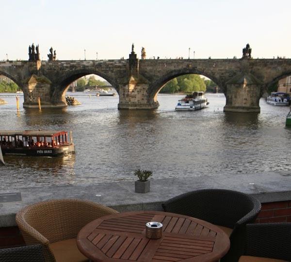 Hay muchas terrazas a orillas del rio