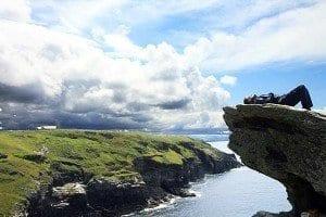 Acantilado en las ruinas del castillo de Tintagel en Cornualles