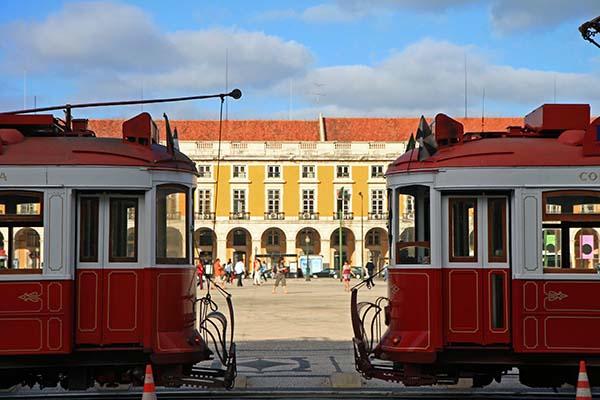 Tranvias turísticos de Lisboa aparcados en la plaza del comercio